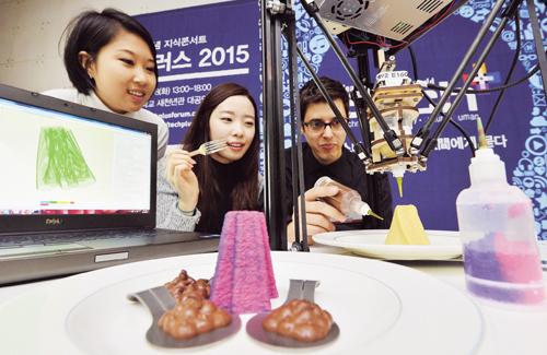 루이스 로드리게즈 3디지털쿡스 창업자가 자신이 개발한 3D프린터를 이용해 음식을 출력하고 있다. /사진=뉴시스 고승민 기자