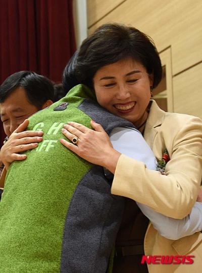 스승의 날을 사흘 앞둔 지난 12일 충남 논산시 한 고등학교의 스승의 날 기념식에서 학생들이 선생님들에게 꽃을 달아주고 포옹하고 있다. /사진=뉴시스
