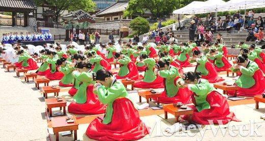 [MW사진] 스무살 꽃길 시작, 성년의날 전통 성년례 참석한 1997년생들