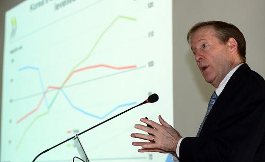 랜달 존스(Randall Jones) OECD 사무국 선임이코노미스트가 16일 세종시 보람동 한국개발연구원(KDI)에서 열린 OECD 한국 경제보고서 발표 세미나에서 거시경제 동향 및 전망 주제 발표를 했다. /사진=뉴스1DB