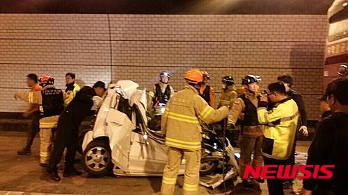 오늘(16일) 오전 남해고속도로 창원1터널에서 9중 추돌사고가 발생한 가운데, 흰색 모닝 차량이 형체를 알아 볼 수 없을 정도로 파손돼 있다. /사진=뉴시스(경남경찰청 제공)