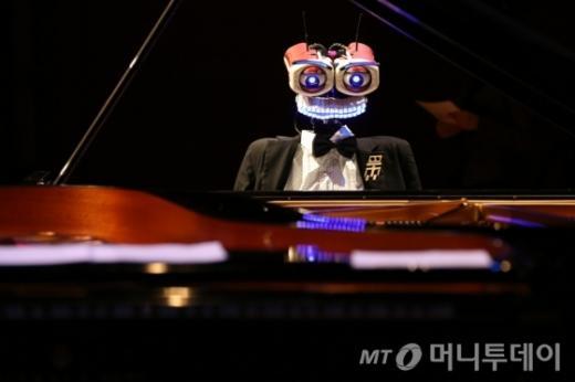 피아노로봇 테오. 지난 16일 성남아트센터 콘서트홀에서 로봇 피아니스트 '테오 트로니코'가 연주하고 있다. /자료사진=머니투데이(성남문화재단 제공)