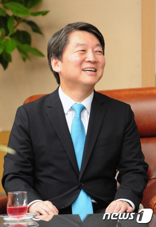 오늘(17일) 국민의당 안철수 상임공동대표가 전북 전주시 전북도청에서 송하진 도지사와 이야기를 나눴다. /사진=뉴스1