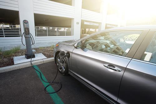 플러그를 꽂아 배터리를 충전하는 중이다. /사진제공=현대자동차그룹