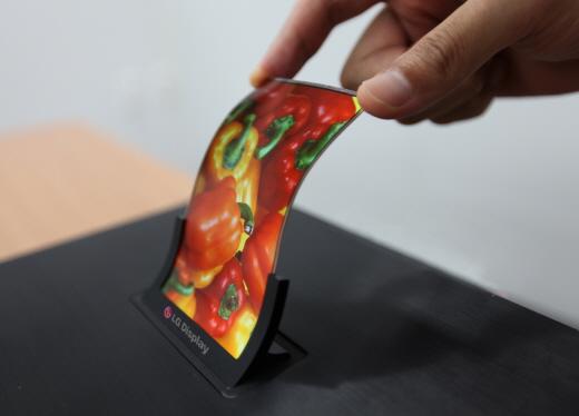 LG전자가 양산한 스마트폰용 플렉시블 디스플레이 패널. /사진=LG디스플레이