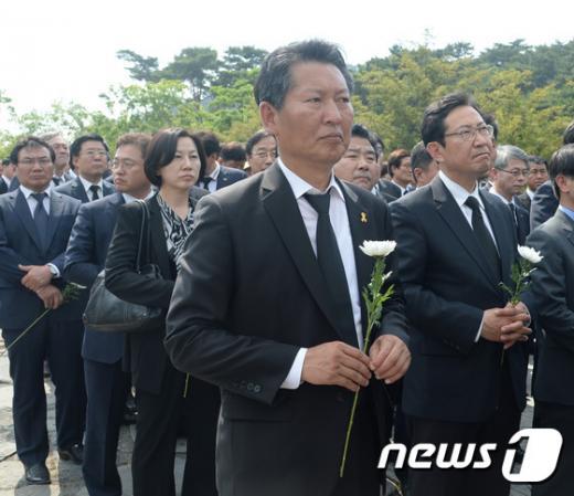 정청래 더민주 의원이 노무현 전 대통령 7주기 추도식이 열린 23일 오후 경남 김해시 진영읍 봉하마을 묘역에 헌화하고 있다. /사진=뉴스1