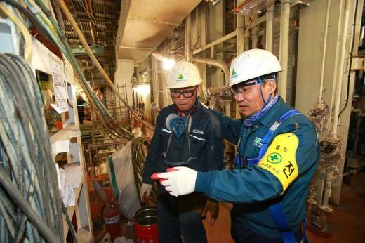현대중공업 직원들이 울산조선소에서 건조중인 선박 내부에 들어가 안전 사항을 점검하고 있다./사진=현대중공업 제공