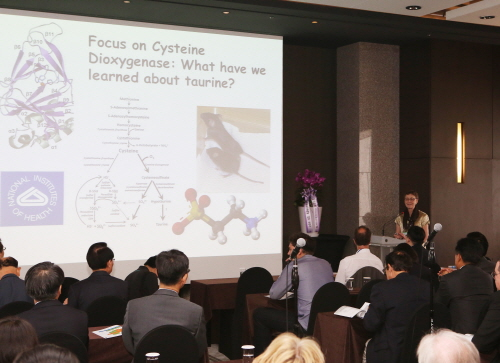 제20회 국제타우린학회에서 미국 코넬대학교 영양학부 스티파누크(M. H. Stipanuk)교수가 '타우린 결핍에 반응하는 간 유전자 발현의 조절'에 대해 발표하고 있다.