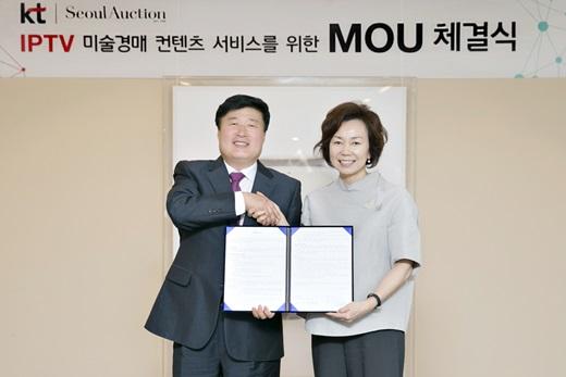 KT Mass총괄 임헌문 사장(왼쪽)이 서울옥션 이옥경 대표와 IPTV 미술경매 컨텐츠 서비스를 위한 MOU를 체결했다. /사진=KT
