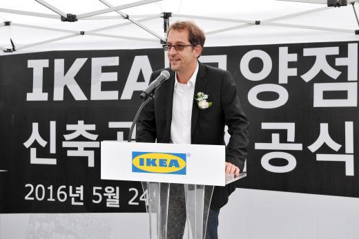 안드레 슈미트갈 이케아 코리아 대표가 이케아 고양점 신축공사 기공식에서 인사말을 하고 있다.