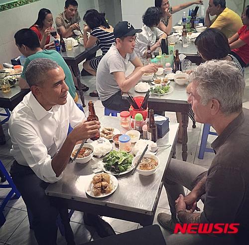 오바마 베트남 방문. 버락 오바마 미국 대통령이 지난 23일(현지시간) 베트남 하노이에서 미국의 스타셰프 앤서니 부르뎅과 분짜 저녁식사를 하고 있다. /사진=뉴시스