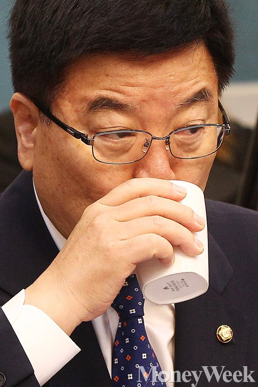 [MW사진] 조선·해운업 구조조정 당정협의회, 목 축이는 김광림 정책위의장
