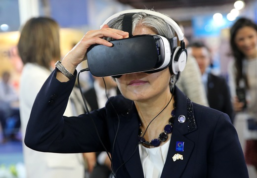 강경화 유엔 인도주의 업무조정국 사무차장보가 세계 인도주의 정상회의 VR 쇼케이스에서 삼성 기어 VR을 착용하고 VR 영상을 감상하고 있다. /사진=삼성전자