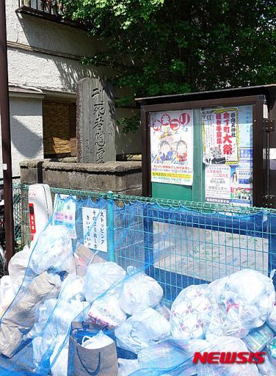이봉창 의사 순국지 주변이 쓰레기 더미로 방치돼 있는 사실이 알려졌다. 이봉창의사가 순국한 일본 도쿄 신주쿠의 옛 이치가야 형무소 터에 위치한 형사자위령탑, 바로 옆은 쓰레기 수거장으로 쓰이고 있다. /사진=뉴시스(서경덕 교수 제공)