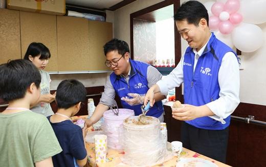 25일 효성나눔봉사단원들이 서울 양천구 신정동의 신목종합사회복지관에서 아이스크림 부스를 운영하며 아동들에게 먹거리를 제공하고 있다. /사진=효성
