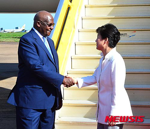 박근혜 대통령이 우간다 엔테베 국제공항에 도착해 샘 쿠테사 외교장관의 영접을 받고 있다. /사진= 뉴시스 전진환 기자