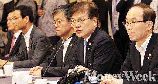 [MW사진] 미세먼지 관련 미래부 입장 전하는 최양희 장관