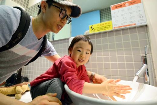 서울 강남구에 위치한 한 병원에서 아빠와 아이가 손을 씻고 있는 모습. /사진=뉴시스