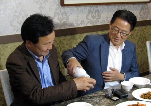 박지원 국민의당 원내대표가 지난 3일 밤 전남 목포의 한 식당에서 손학규 전 더불어민주당 상임고문과 만나 막걸리를 따르고 있다. /사진=뉴시스
