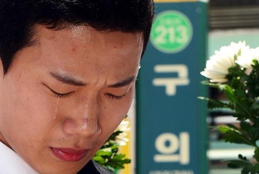 지난달 31일 오후 서울 광진구 구의역 앞에서 민중연합당 흙수저당 주최로 열린 기자회견에서 스크린도어 정비 작업 중 사고로 숨진 김씨의 친구 박모씨가 눈물을 흘리고 있다. /사진=뉴시스