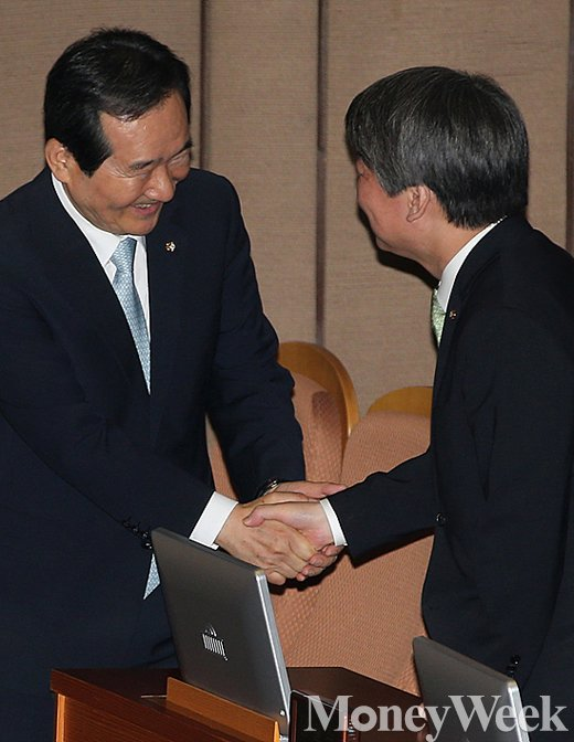 [MW사진] 제20대 국회 의장으로 선출된 정세균, 안철수 대표와 악수