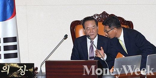 [MW사진] 제20대 국회 전반기 의장단 선출, '귀엣말 나누는 서청원'