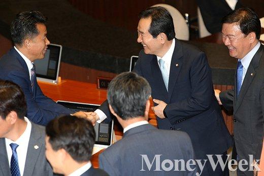 [MW사진] 제20대 국회, 의원들과 악수 나누는 정세균 신임 국회의장