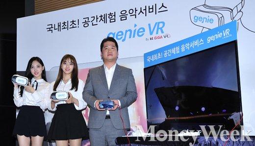 ▲(왼쪽부터) 트와이스 나연, 지효, 김성욱 KT뮤직 대표
