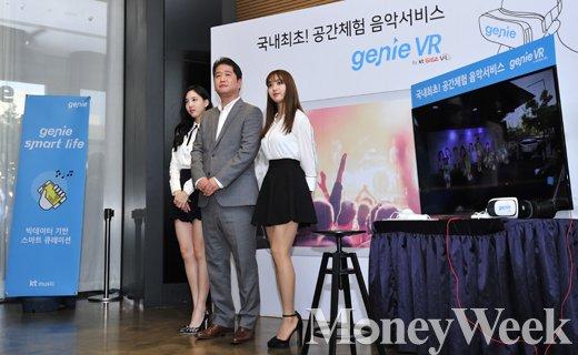▲(왼쪽부터) 트와이스 나연,  김성욱 KT뮤직 대표, 트와이스 지효