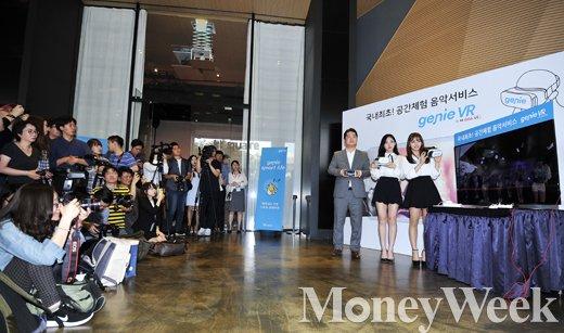 ▲(왼쪽부터) 김성욱 KT뮤직 대표, 트와이스 나연, 지효