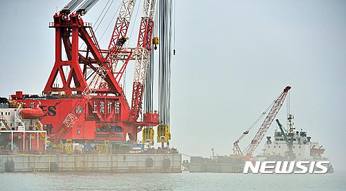 세월호 선수들기(뱃머리 들기) 작업이 12일 오전 전남 진도군 동거차도 인근 세월호 침몰 사고 해역에서 진행되고 있다. /사진=뉴시스