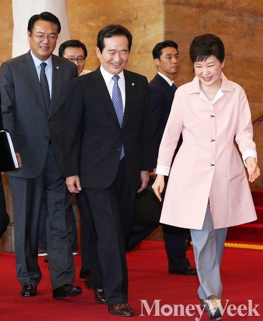 [MW사진] 제20대 국회 개원, '본청 나서는 박근혜 대통령'