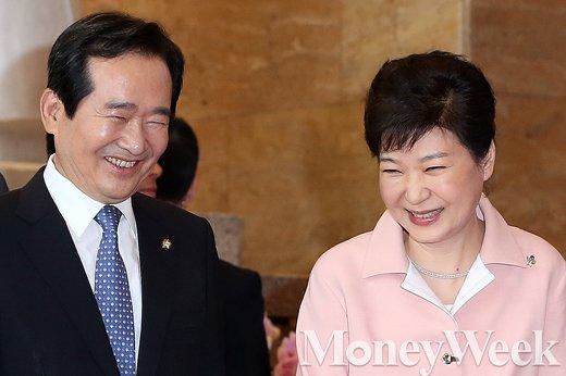 [MW사진] 제20대 국회 개원, '미소 활짝 머금은 입법부-행정부 수장'