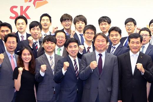 최태원 SK그룹 회장(앞줄 오른쪽에서 두 번째)이 한국고등교육재단 장학생들과 기념사진을 촬영하고 있다. /사진=SK그룹
