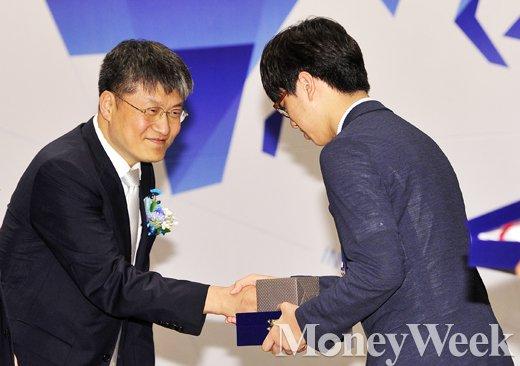 [MW사진] 국제과학올림피아드 대표단 발대식, 대표 선수와 악수 나누는 김승환 이사장