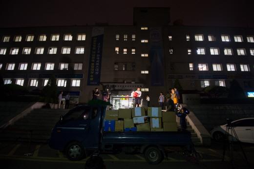 검찰이 15일 새벽 서울 서초구 잠원동 롯데건설 본사에서 압수품을 담은 상자를 옮기고 있다. /사진=뉴스1 DB