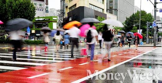 [MW사진] 장마전선 영향, '비 피하기 바쁜 서울시민들'