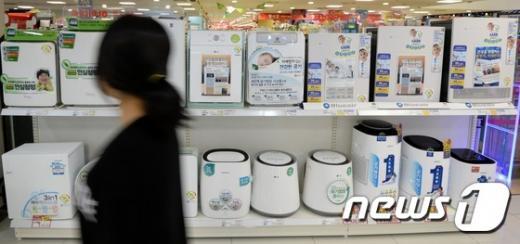공기청정기 필터 유해성. 서울 시내 한 가전 매장에서 고객이 공기 청정기를 살펴보고 있다. 사진은 기사내용과 무관. /자료사진=뉴시스