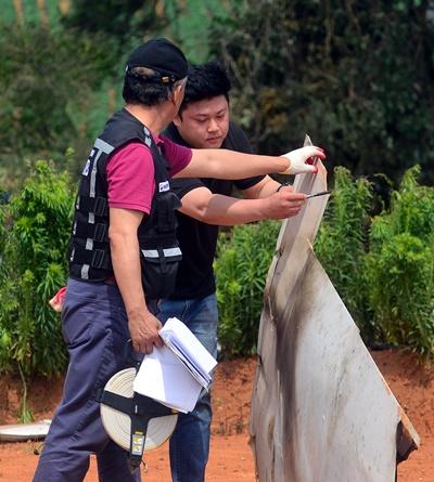 18일 오전 전남 무안군 현경면 용정리 한 밭에서 항공·철도조사위원회가 3명이 숨진 경비행기 추락 사고 원인을 밝히기 위해 잔해를 살펴보고 있다. /사진= 뉴시스 류형근 기자
