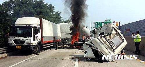 중부고속도로 사고. 오늘(21일) 오전 9시 13분쯤 충북 청주시 흥덕구 중부고속도로 하행선 서청주 IC 인근에서 화물차와 탱크로리 등 차량 4대가 추돌했다. /사진=뉴시스