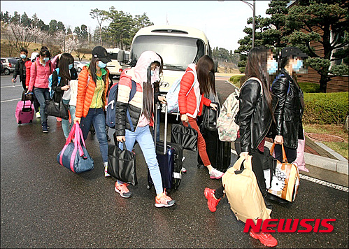 탈북 종업원들이 지난 4월 8일 국내 모처 숙소로 향하고 있다. /사진=뉴시스