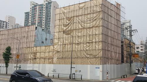 옥바라지 골목을 감싸고 있는 공사용 가림막. /사진=김창성 기자