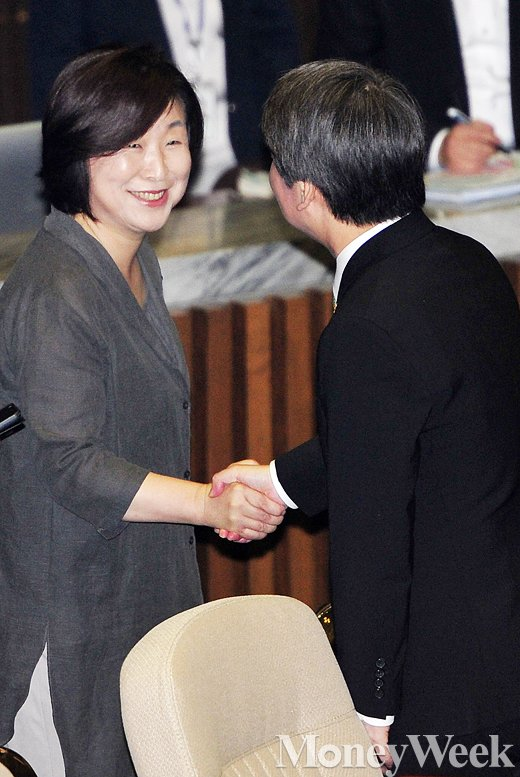 [MW사진] 교섭단체 대표연설 셋째 날, '악수 나누는 안철수-심상정'