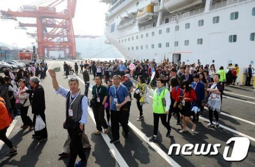 5월 방한관광객. 지난 5월2일 중국인 관광객 3700여명이 부산관광을 위해 배에서 내리고 있다. /자료사진=뉴스1