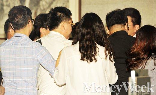 [MW사진] 취재진에 둘러싸인 추선희 어버이연합 사무총장