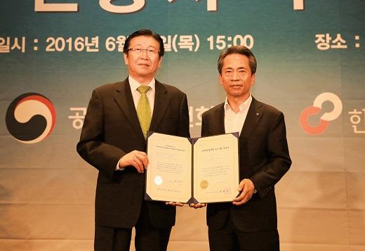 NH농협생명 김용복 대표(오른쪽)가 소비자중심경영(CCM) 인증서를 받고 한국소비자원 한견표 원장과 기념촬영을 하고 있다./사진=NH농협생명