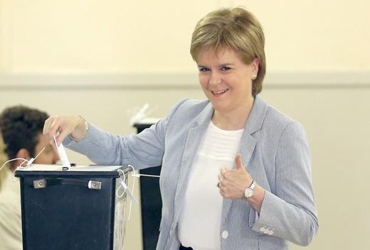 영국 스코틀랜드 지방정부의 수석장관인 니콜라 스터전 스코틀랜드국민당(SNP) 대표가 23일 브렉시트 국민투표에 임하고 있다. 영국으로부터 독립을 원하는 스코틀랜드는 독립하지 못할 바에는 영국의 유럽연합 잔류를 원한다. /사진=AP/뉴시스