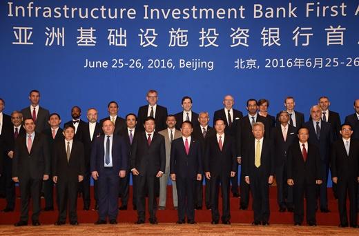 유일호 부총리 겸 기획재정부 장관이 6월 25일 중국 북경 월드호텔에서 열린 '제1차 아시아인프라개발은행(AIIB) 연차총회' 참석해 각국 대표들과 기념촬영을 하고 있다. /사진=뉴시스