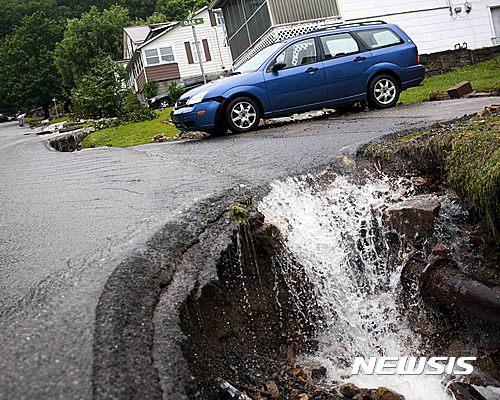 24일(현지시간) 미국 웨스트버지니아주에 몰아친 빗물이 유실된 도로로 흘러들어가고 있다. /사진=뉴시스