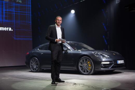 올리버 블루메 포르쉐 AG 이사회 회장이 28일(현지시간) 신형 파나메라를 소개하고 있다 /사진=포르쉐 제공